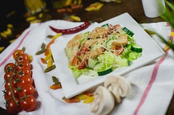 salat-tepliy-s-kyritwsey